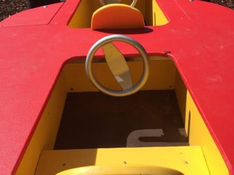 1060 Alfred Grünwald Park: zwei Sitzkabinen eines Spielautos