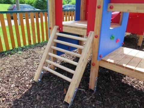 Kinderspielplatz - Aufstieg zu Spielgeräten