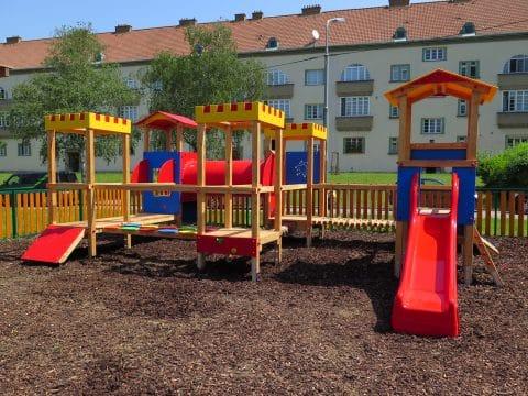 Bunter Spielplatz in Wien - Spielgeräte von FREISPIEL