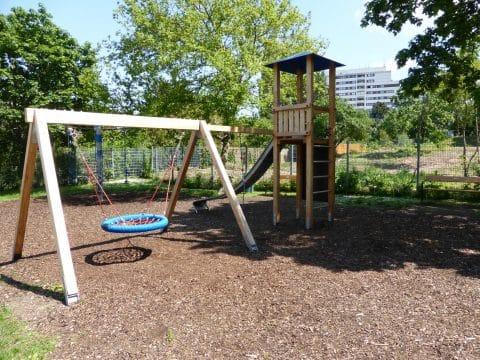 1100 Wien, Dürnbacher Straße, Franz Prinke Park: Kleiner Kinderspielplatz im Park in Wien