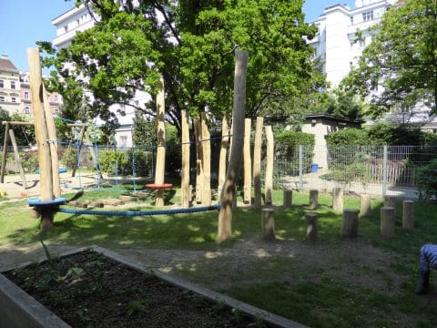 1100 Wien, Laxenburger Straße 51: Spielplatz mit Klettermöglichkeit