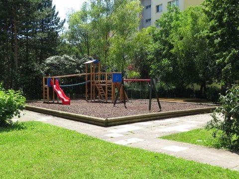 1100 Wien, Felix Grafe Gasse: Spielplatz mit Schaukeln und Rutsche von FREISPIEL, dem Spielplatz-Bauer