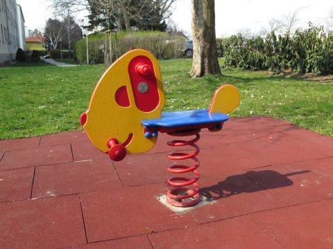 Kinderspielplatz 1100 Wien, Grenzackerstraße 7-11: Wippschaukel