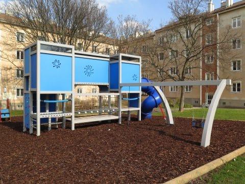 1100 Wien, Karplusgasse: Moderner Kinderspielplatz in Blau für Wohnanlage