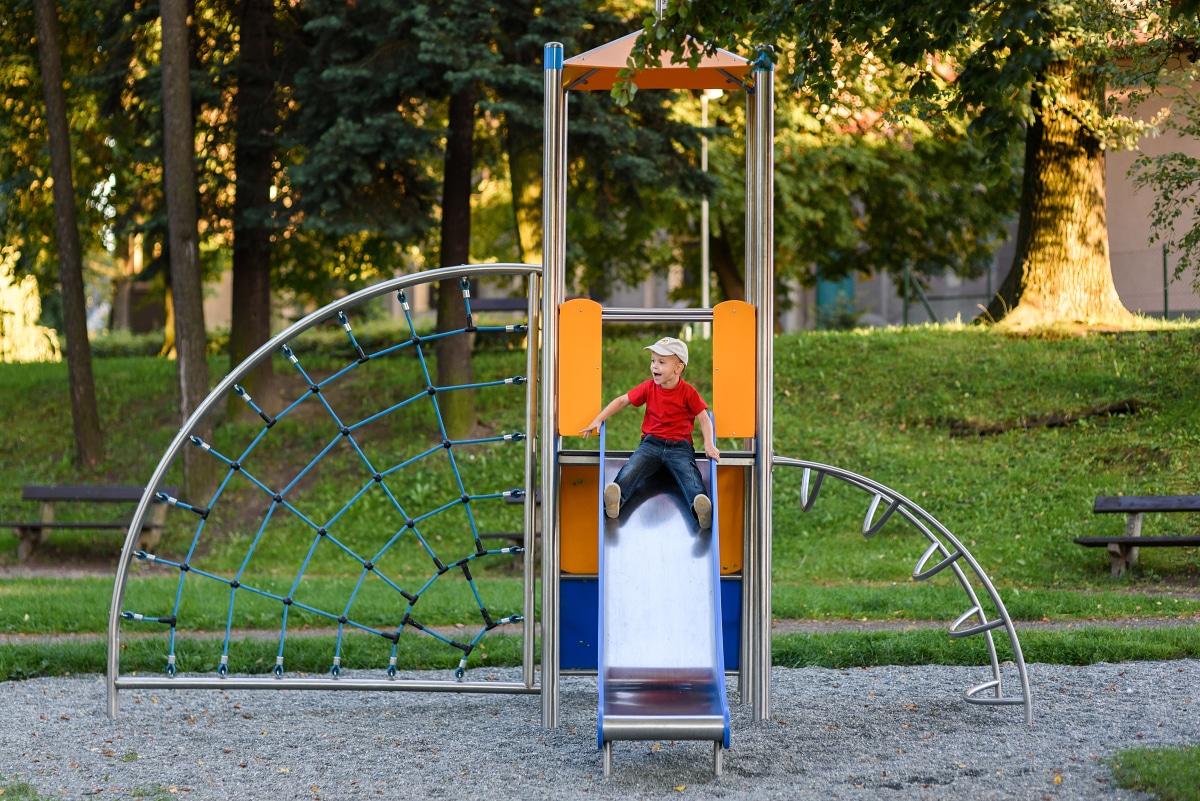 Kind rutscht auf Spielhaus Uno