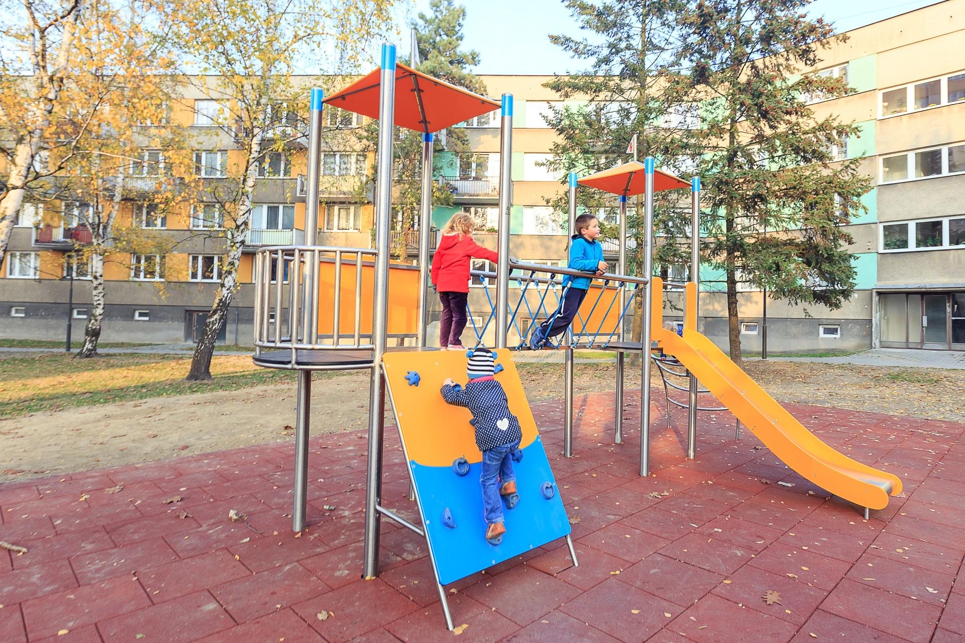 Kinder auf der Spielanlage Simon