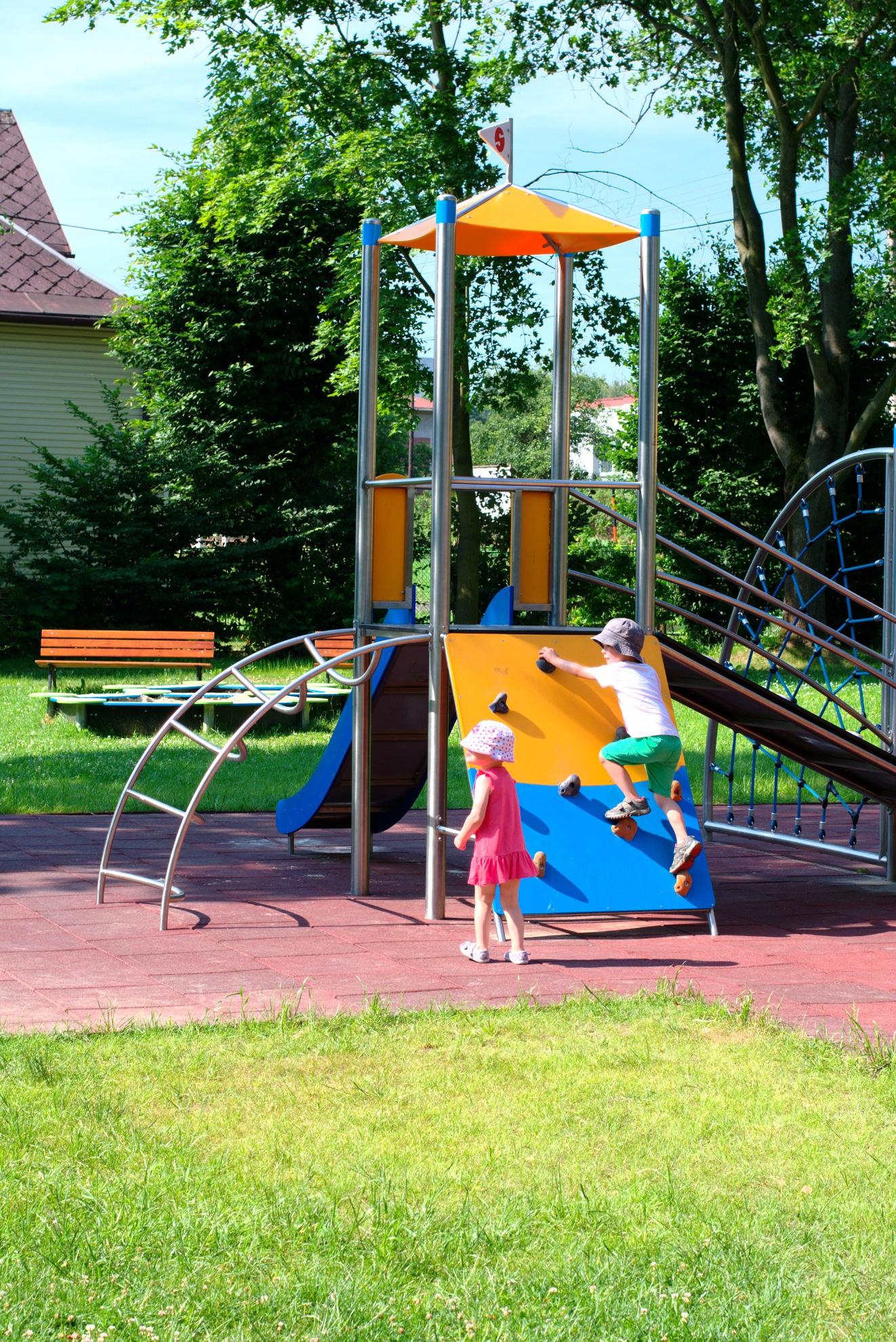 Kinder spielen auf der Spielanlage Max