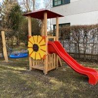 Kleinkinder Spielkombi Sunflower neben der Schule am Spielplatz