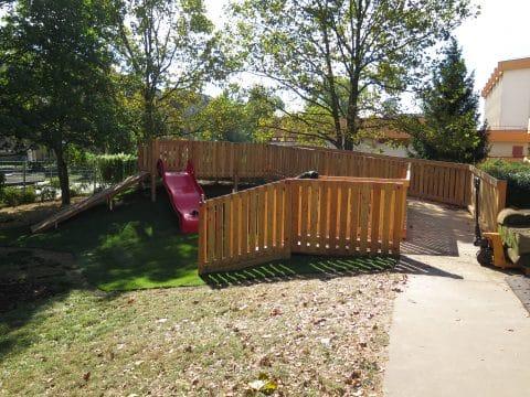 Großflächige Spielanlage für Kinder mit Rutsche