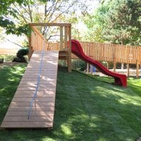 Spielanlage mit Holzbrücke