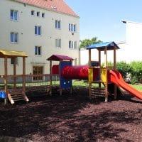1120 Wien, Stachegasse: Kinderspielplatz bei Wohnhaus