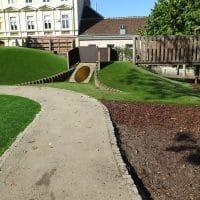 1140 Wien, Diesterweggasse 30: Hügeliger Kinderspielplatz