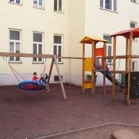1150 Wien, Goldschlagstraße: Rutschanlage mit Schaukel