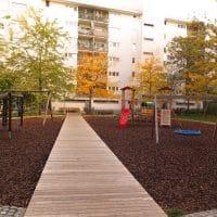 1200 Wien, Prandaugasse: Hackschnitzel-Spielplatz mit Holzsteg