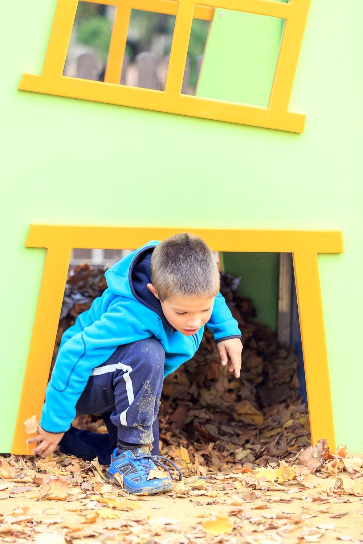 Kind im Mini Spielhaus