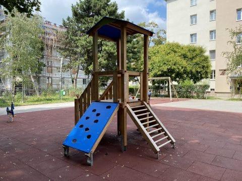 Seitenansicht Spielkombination edleseer Straße 79-95
