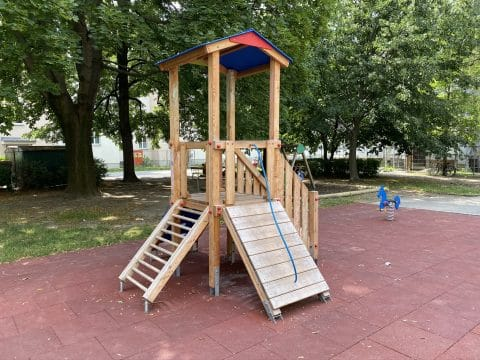 Seitenansicht der neuen Spielkombination edleseer Straße 79-95