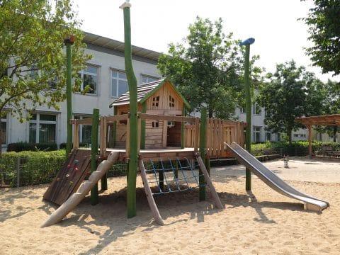 1220 Jakob Bindel Platz Wien aus Naturholz - Spielplatz von FREISPIEL