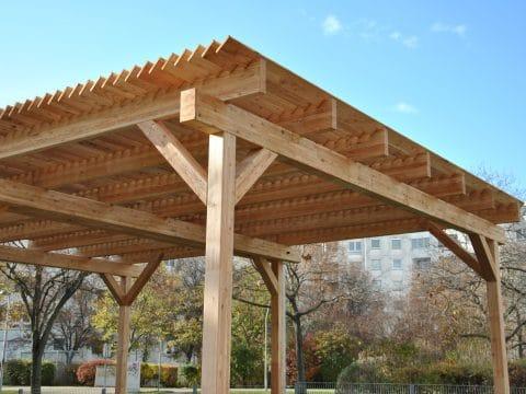 Wiener Flur Park Holzpavillon Sicht aufs Dach