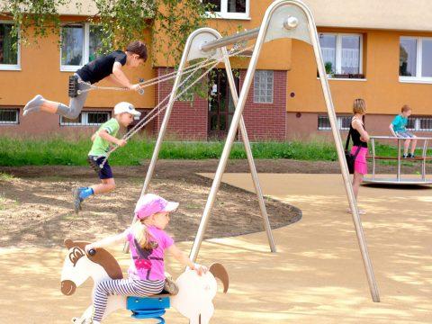 Kinder beim Spielen auf der Doppelschaukel (2x Brett)