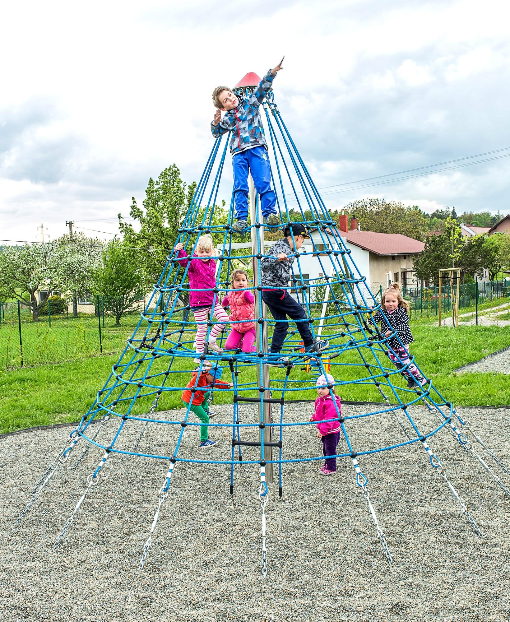 viele Kinder auf der Kletterpyramide