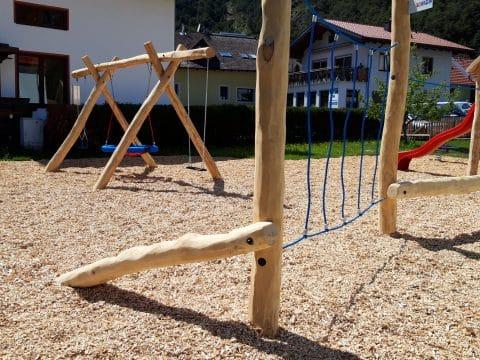Kerbenstammaufstieg auf neuem Spielplatz in Tirol