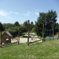 Spielplatz mit Kletterdschungel, Kletternetz, Rutschen, Kletterhaufen, sowie schaukeln, Federwippen und Fußballtore