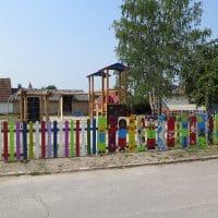 Kinderspielplatz mit buntem Zaun in 2243 Ragendorf, Bürgthalerstraße