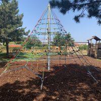 Große Seilpyramide am Generationenspielplatz in Velm