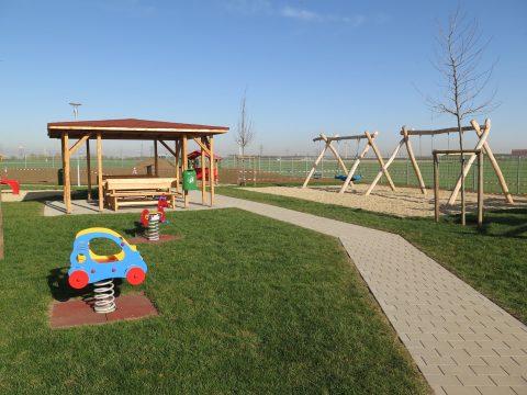 Spielplatzgestaltung von FREISPIEL: Referenzprojekt in2326 Lanzendorf, Karl Strycek Straße