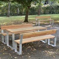 Tische und Bänke im öffentlichen Bereich