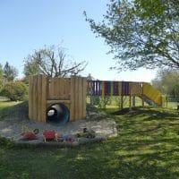 Tunnelverkleidung aus Holz für den Spielplatz mit Sandspielzeug