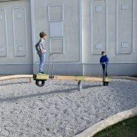 Kinder wippen auf der Stille Basic Stehwippe