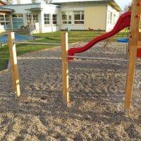 Kindergartenspielplatz von FREISPIEL: Stangen zum Turnen