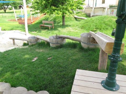 3482 Gösing am Wagram, Kirchengasse: Wasserspiel mit Fässern