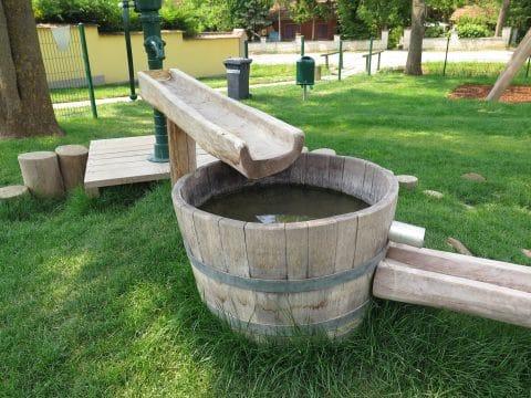 3482 Gösing am Wagram, Kirchengasse: Wasserspiel mit Pumpe
