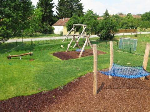 3482 Gösing am Wagram, Kirchengasse: Spielplatz Overview mit Nestschaukel und Kletternetz