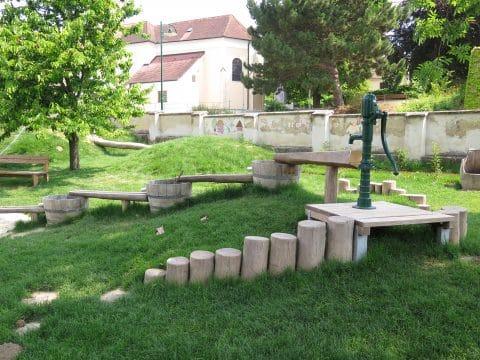 3482 Gösing am Wagram, Kirchengasse: Spielplatz mit Wasserspiel von Freispiel