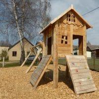 Spielkombination Baumhaus mit Holzrampen
