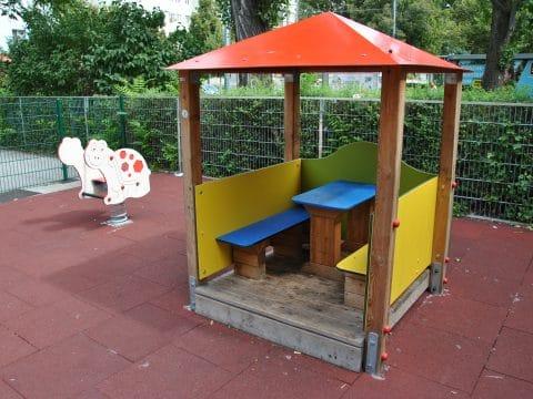 Seitenansicht neues Spielhaus in der Jedlersdorfer Straße 77
