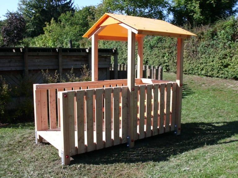Spielhaus mit Veranda von FREISPIEL, dem Spielplatzbauer
