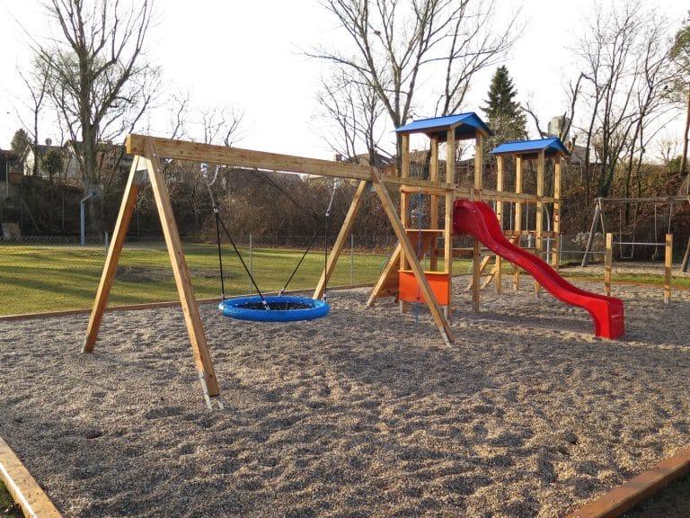 Kindergartenspielplatz von FREISPIEL mit Netzschaukel