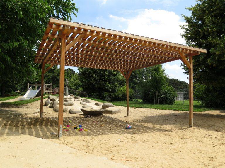 Holzpergola Schattenanlage Smile Basic vom Spielplatzbauer FREISPIEL spendet Schatten am Kinderspielplatz