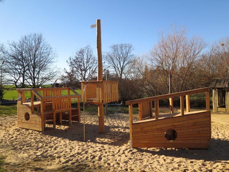 Gestrandetes Spielschiff für Spielplatz Gesamtansicht
