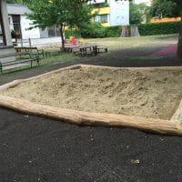 Sandmuldeneinfassung aus Rohholz