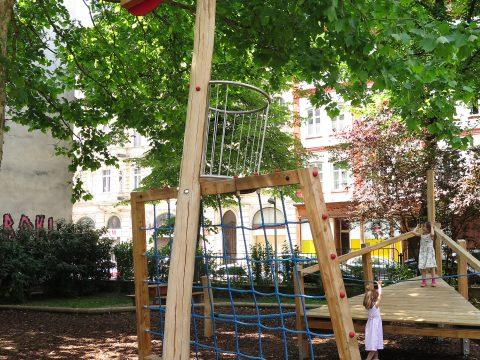 Mast von Spielschiff im Hubert Marischka Park
