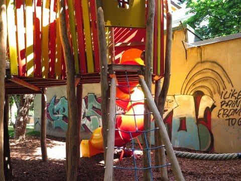 1060 Wien, Stumpergasse, Hubert Marischka Park - Kinderspielplatz mit bunter Festung
