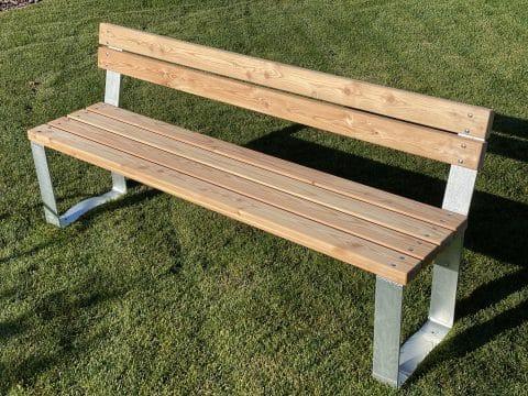 Sitzbank mit Lehne aus Holz