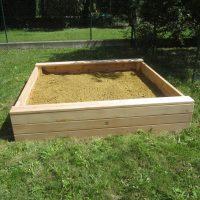 Kleiner Sandkasten im Garten von FREISPIEL, dem Spielplatzbauer aus Wien