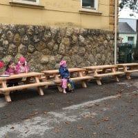 Mehrere Tisch-Bank-Kombinationen ohne Lehne Kinder